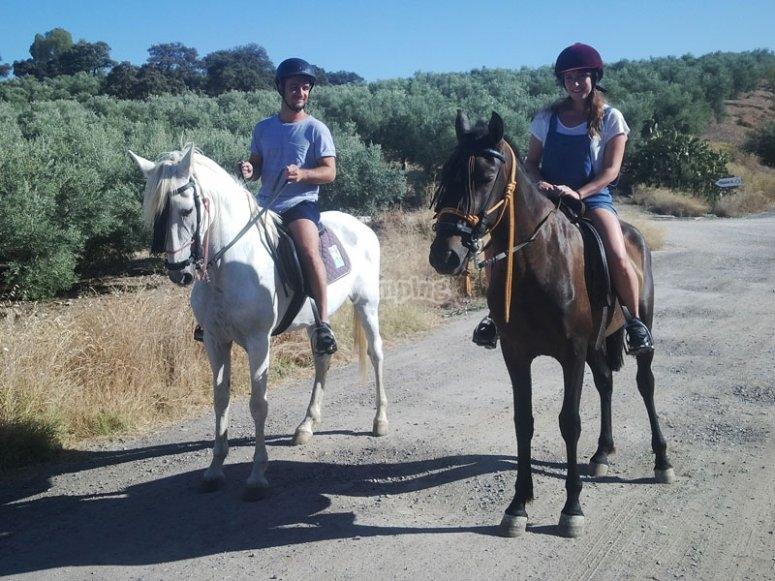 Subidos a dos caballos