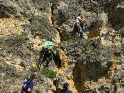 Team building per arrampicata e speleologia a Turégano