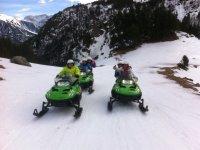 Motos de nieve verdes