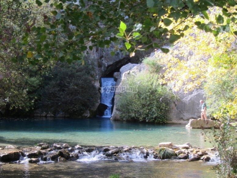 Aguas cristalinas en la Cueva del Gato