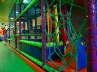 cuerdas de un parque infantil de bolas