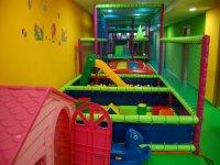 parque de ocio infantil con piscinas de bolas y toboganes