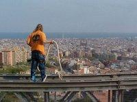 Puenting sobre el skyline de la ciudad de Barcelona.