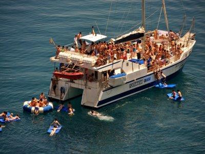 Festa in spiaggia in barca sulla Costa Brava