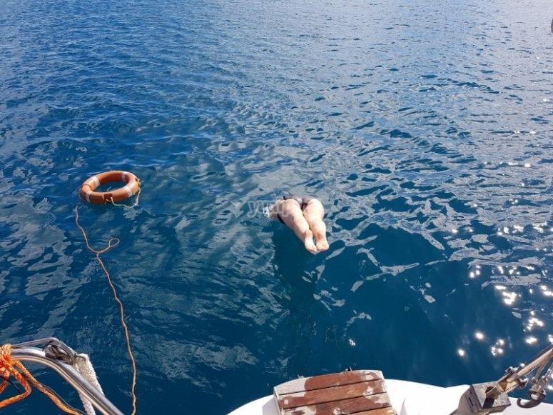 Nadando junto al velero