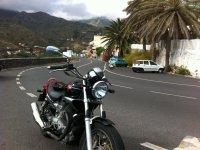Motociclo sulla strada delle Canarie