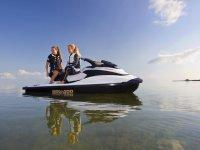 Riflessione della motocicletta in mare