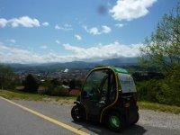 coche electrico aparcado en la carretera
