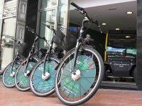 cuatro biciletas en fila delante de un escaparate