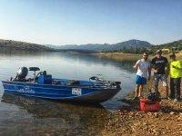 En la orilla antes de embarcar con todo el equipo de pesca
