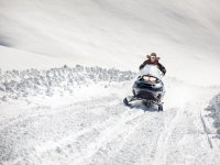 Drive a one-seater snowmobile in Ampriu for 20min