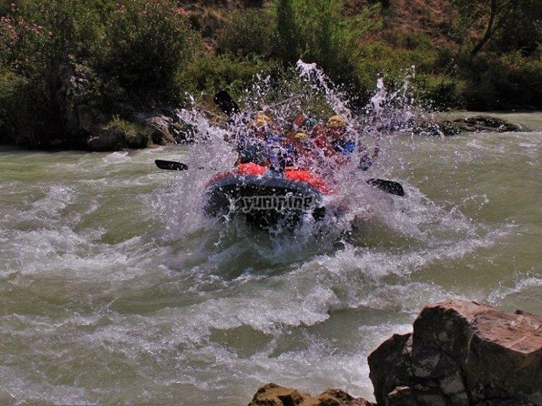 Levantando una ola con el raft