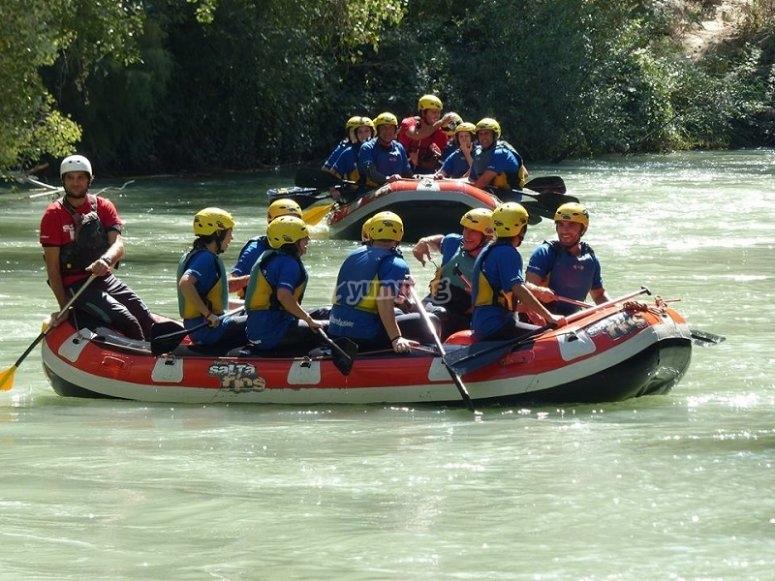 Participantes y monitor de rafting