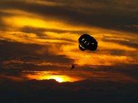 Parasailing con il tramonto