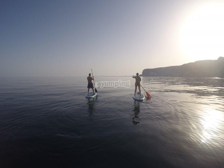 Remando en el mar con la tabla de paddle