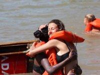 manreana标志拥抱的朋友在水中打扮演出