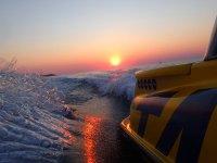 2016徽标起飞夕阳从Ibizan的船在海湾