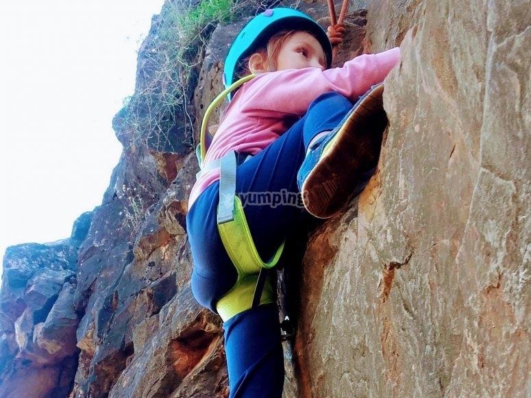 Peque escalando