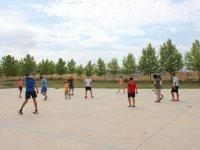Jugando al futbol en el campamento