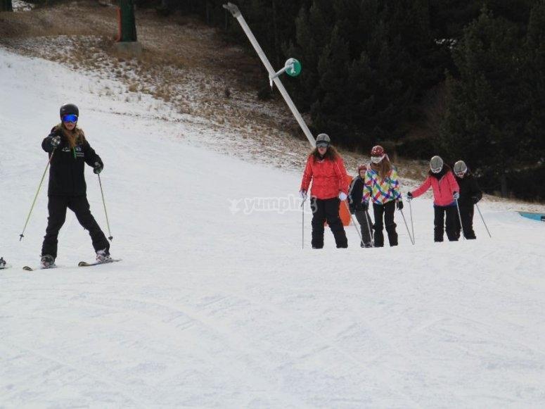 与学童一起滑雪