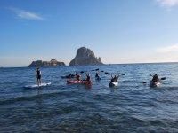 皮划艇全家保持皮艇在平静的水中航行
