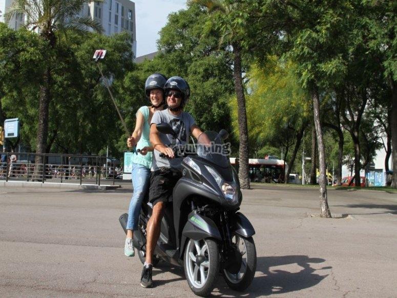 头盔和三轮摩托车