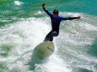 Levantando年轻的冲浪者冲浪板