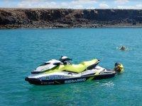 Banandose en el mar desde la moto de agua
