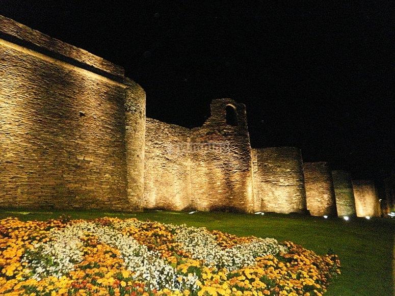 Muralla de Lugo iluminada por la noche