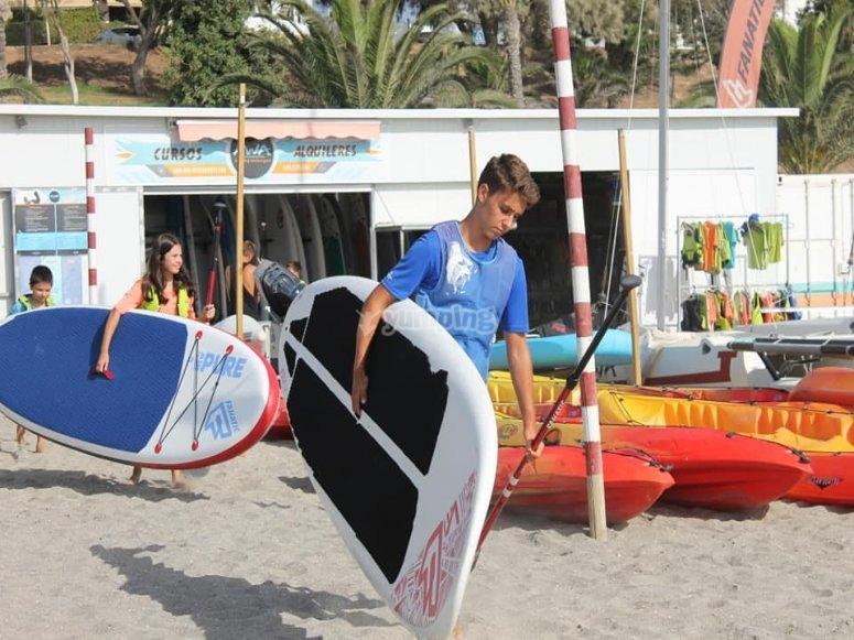 Jóven con la tabla de paddle surf
