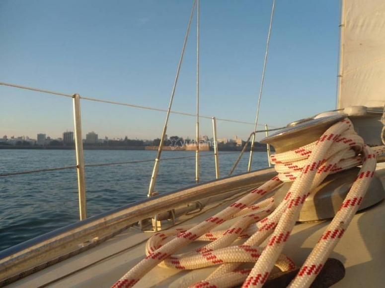 沿着加的斯海岸乘坐帆船