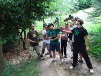 Jugando en el monte con amigos
