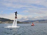 hombre practicando flyboard con los brazos abiertos.jpg