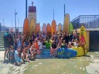 Foto de equipo con las tablas de surf