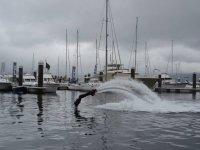 entrando al agua mientras practica flyboard