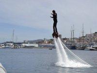 hombre practicando flyboard de lado