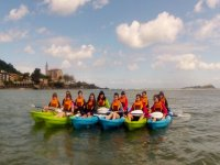 Grupo de amigas haciendo kayak