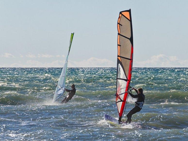 Practicando windsurf con materiales alquilados