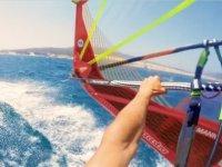 Disfrutando de un alquiler de windsurf
