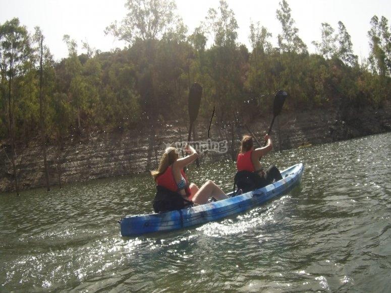Remando con fuerza en el kayak