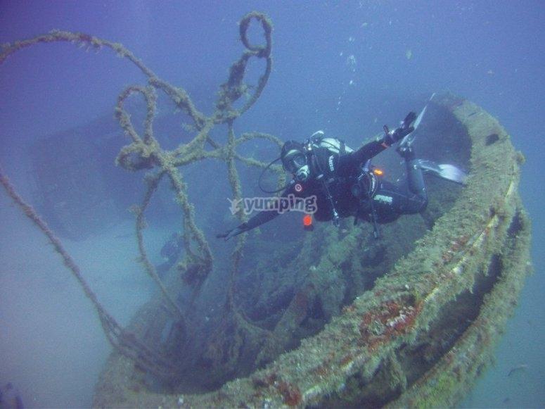 Buzo junto a barco hundido