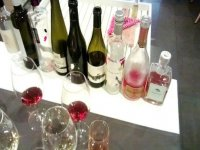 botellas de vino junto a unas copas