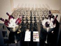 copas de vino en una mesa