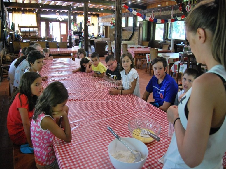 Cooking class in the Negreira camp