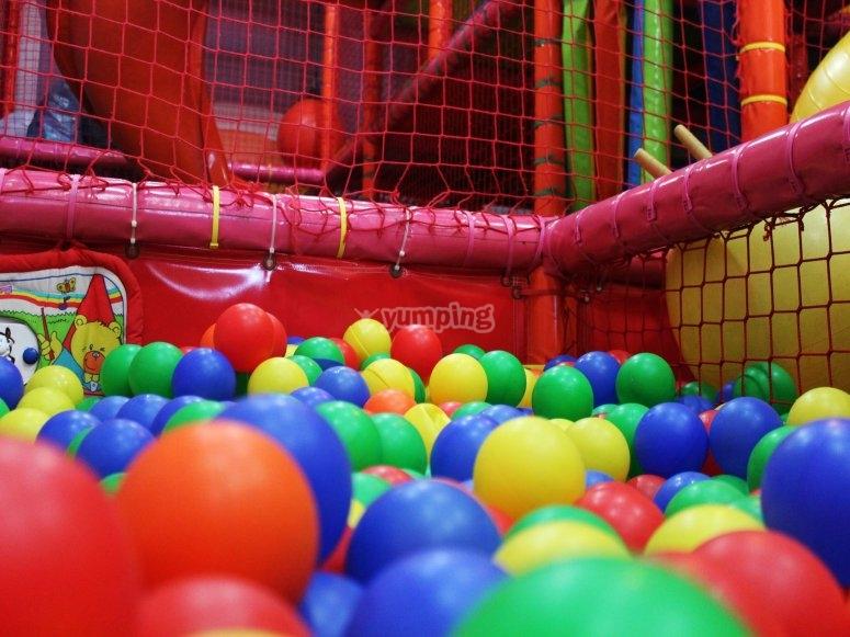 Bolas de colores en la piscina