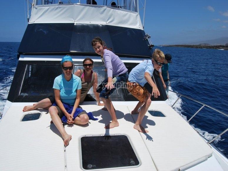 在船上放松和家人一起