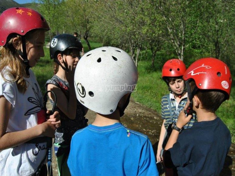 Con los cascos para una de nuestras actividades multiaventura