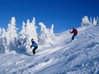 Descendiendo de la cima con los esquís