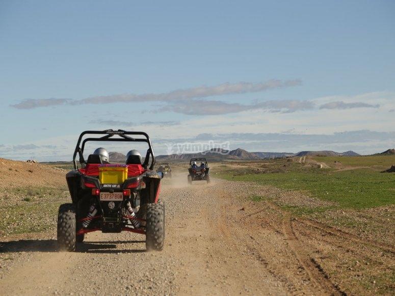 Por terrenos con caminos en pleno campo