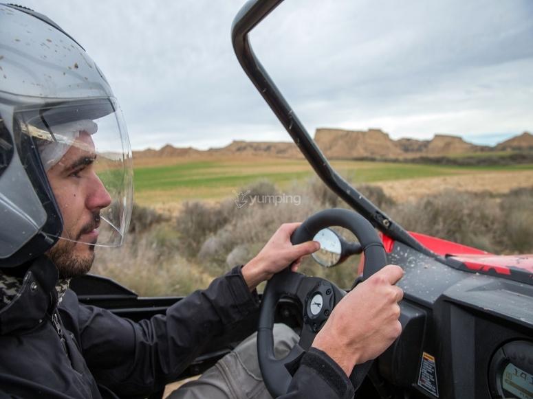 Conduciendo el buggy con casco